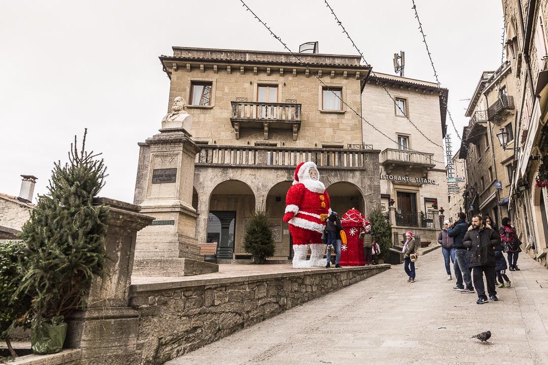 Père Noël dans les rues de Saint Marin