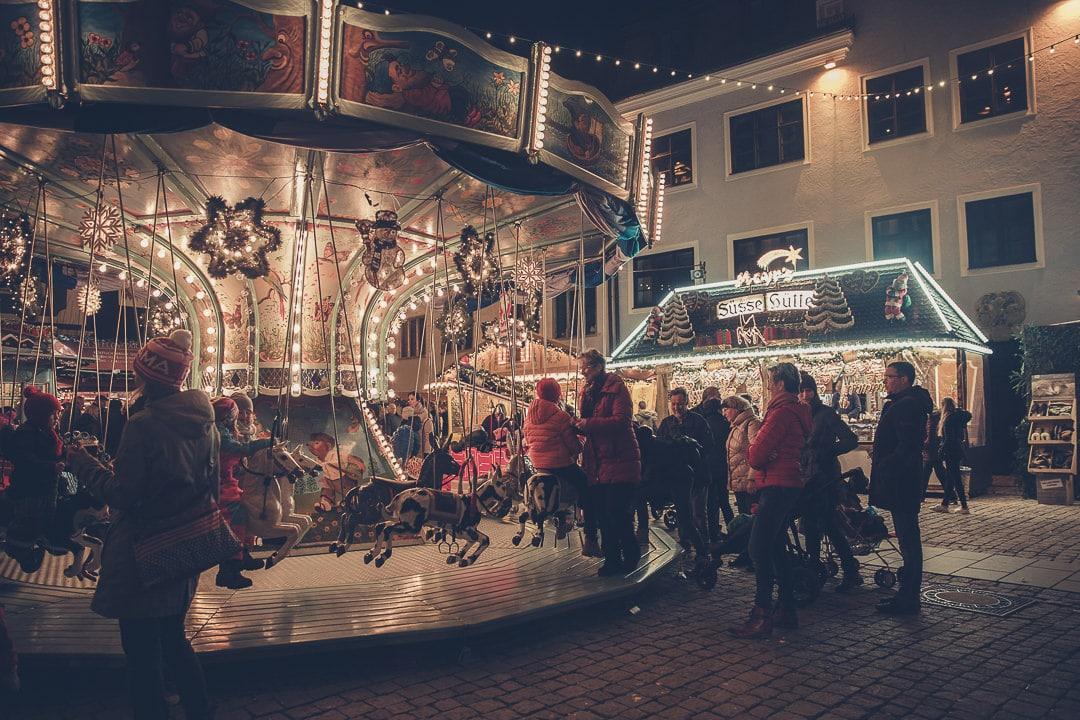 Ambiance familiale sur le marché de Noël de Kempten - bavière, Allemagne