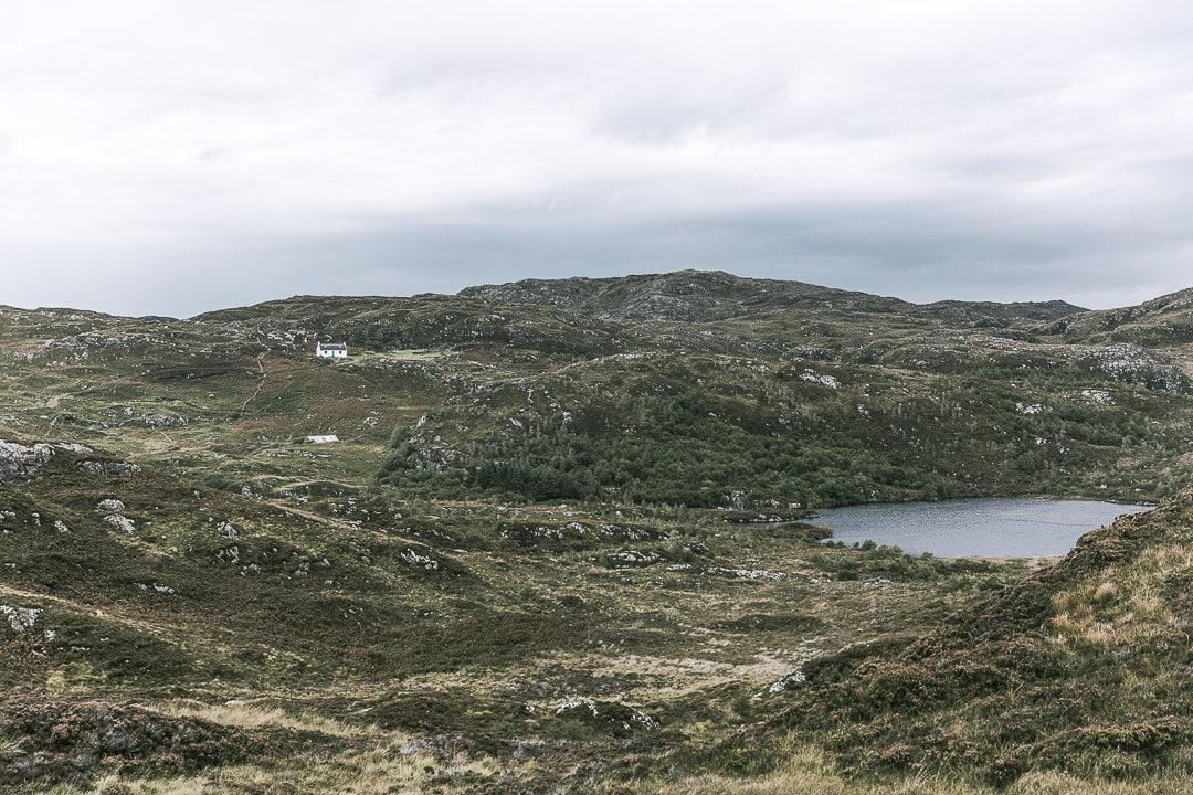 Maison isolée au bord d'un loch sur la North coast 500 en Ecosse