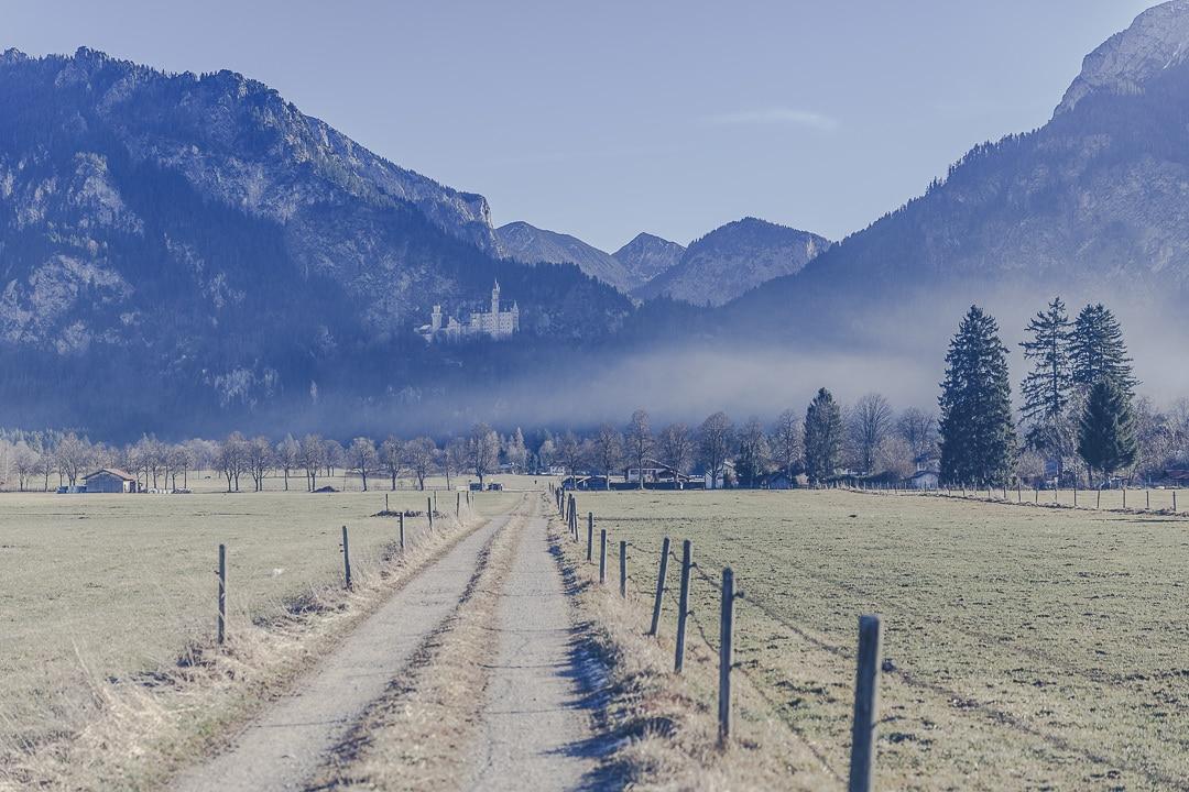 Vue sur le chateau de Neuschwanstein depuis la route de Füssen