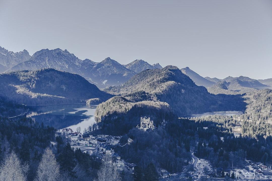 Village et chateau de Hohenschwangau vus depuis le chateau de Neuschwanstein en Bavière