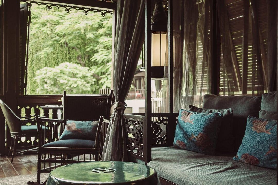 Magnifique bar ambiance coloniale à l'hotel de luxe 137 pillars house à Chiang Mai