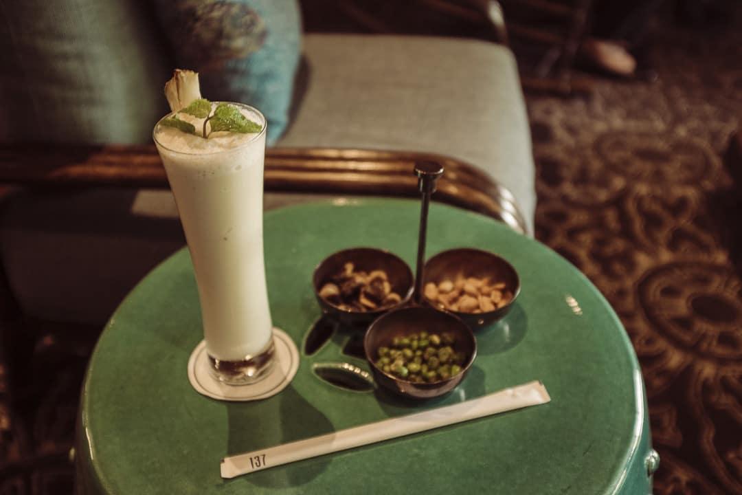 Jus de fruit au bar colonial de l'hotel de lux 137 pillars house à Chiang Mai