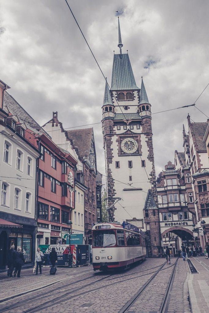 Fribourg, ville verte. Le centre ville est piétonnier et le meilleur moyen de se déplacer sont les transports en commun ou le vélo