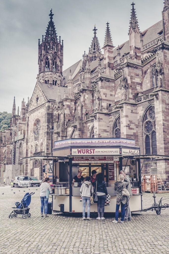 Une pause currywurst devant la cathédrale de Fribourg ?