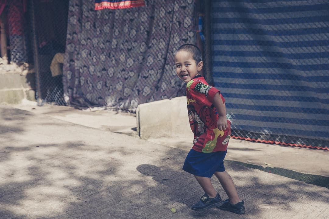 Jouer avec les enfants dans les rues de Mon Cham