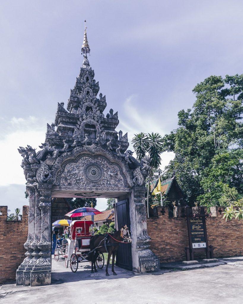Superbe entrée du Wat Pratu Pong à Lampang, Thailande