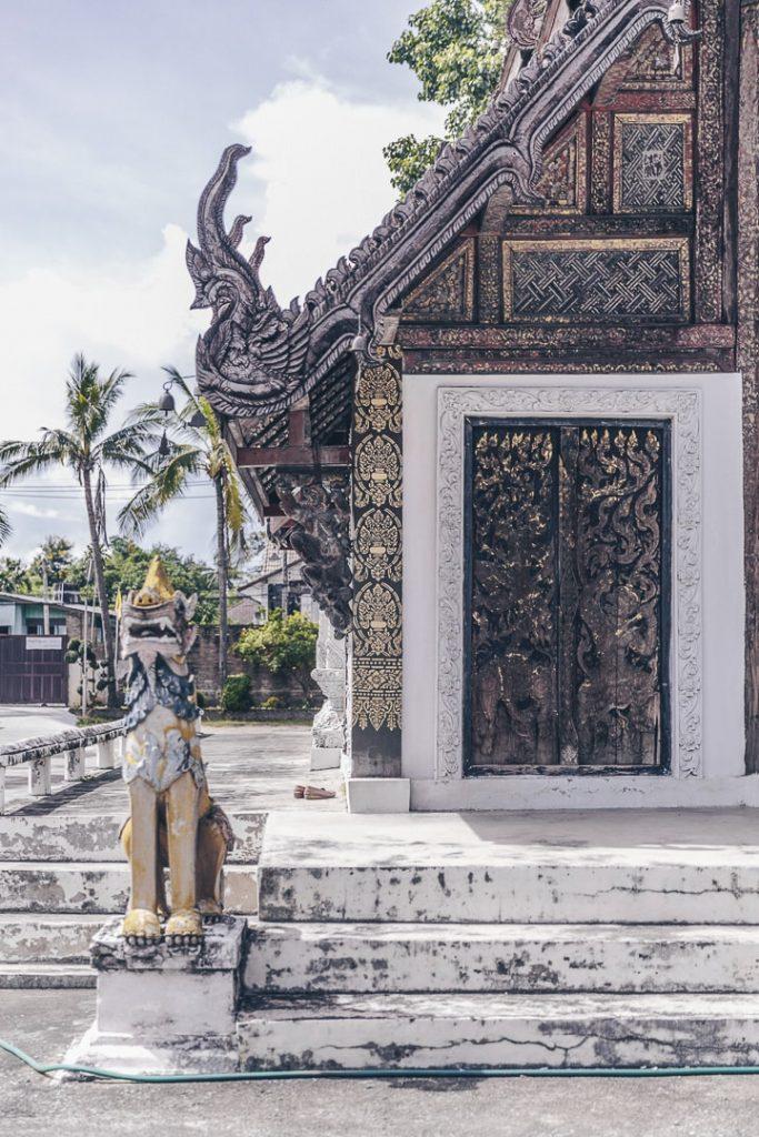 Porte sculptée du Wat Pratu Pong à Lampang, Thailande