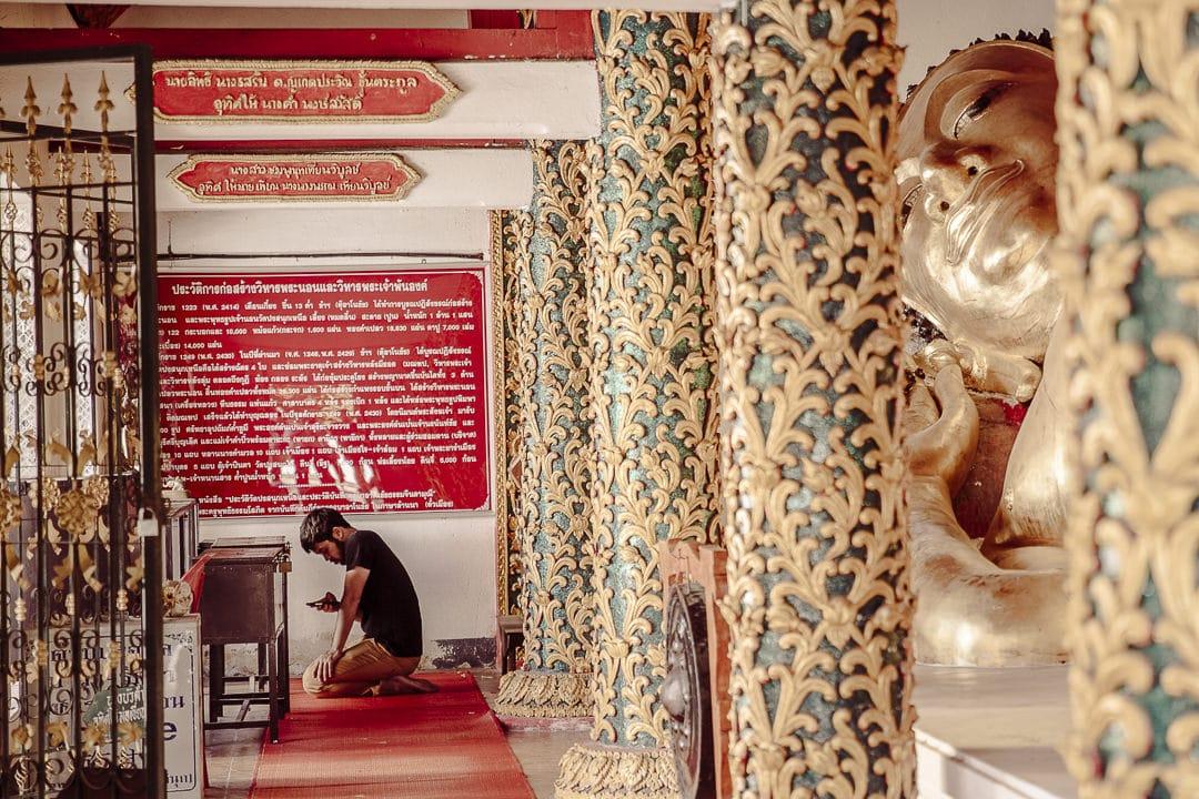 Prière au Wat Pongsanuk, Lampang Thailande