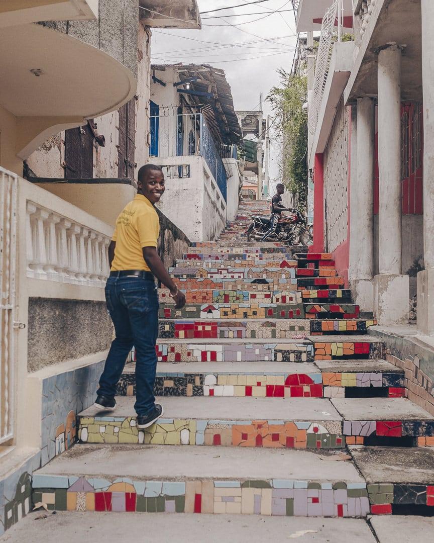 Escalier en mosaïque réalisé par des enfants - Jacmel, Haïti