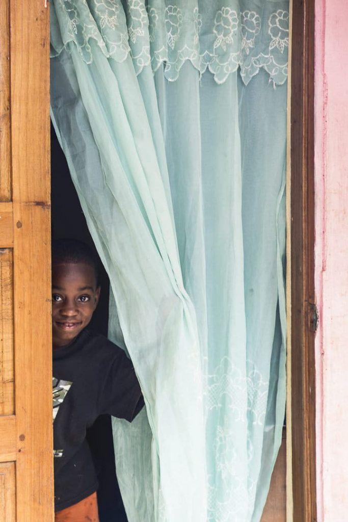 Jouer à cache cache avec un petit garçon
