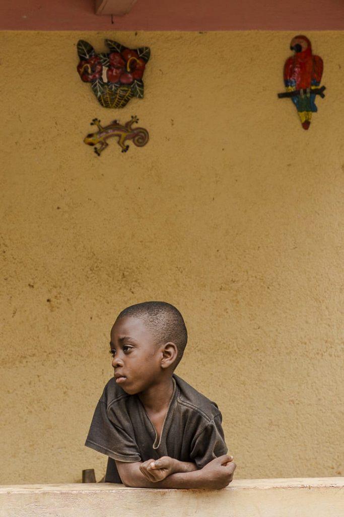 Petit garçon penseur sur la route du café en Haïti