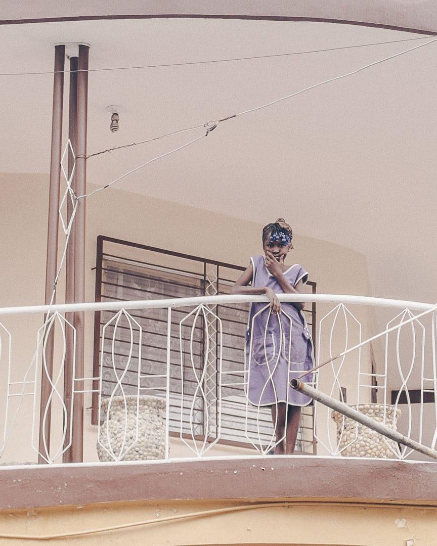 La jeune fille sur le balcon - Jacmel - Haïti