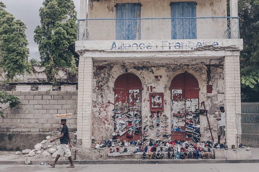 Les vendeurs de rue devant l'ancien bâtiment de l'alliance française de Jacmel - Haïti