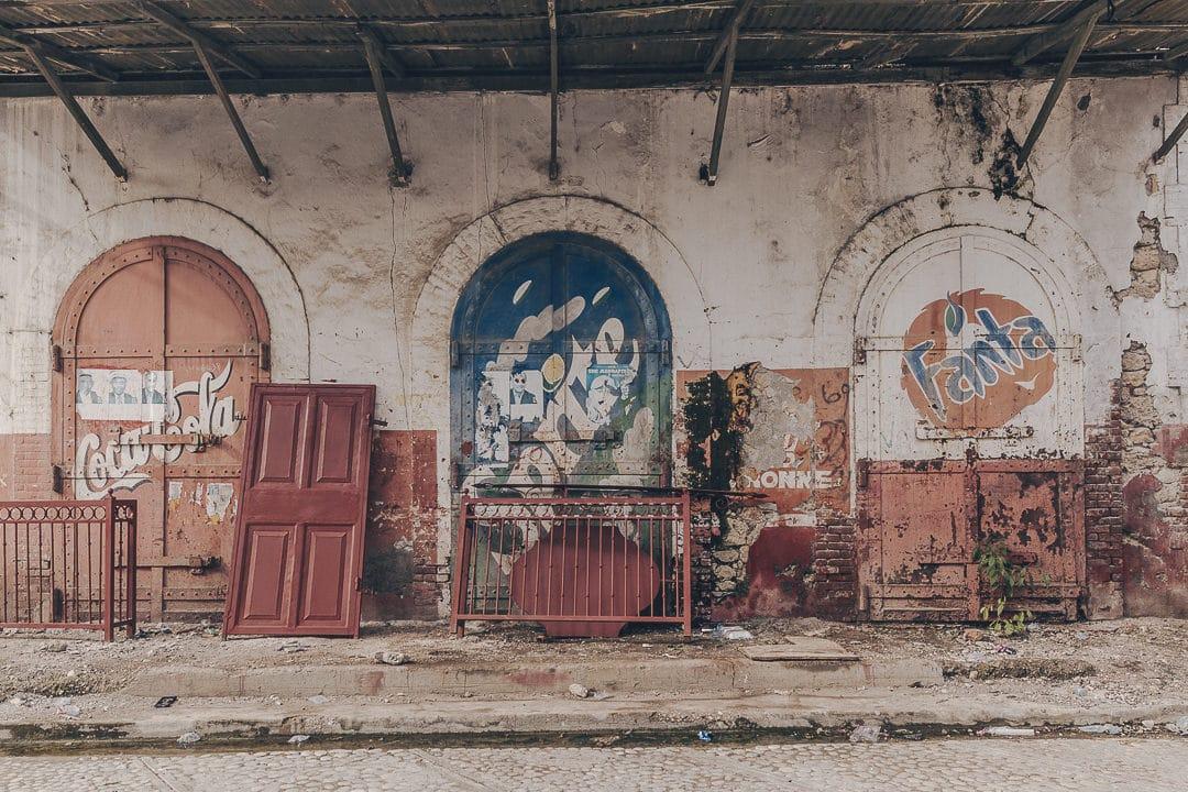Publicités rue du commerce à Jacmel, Haïti