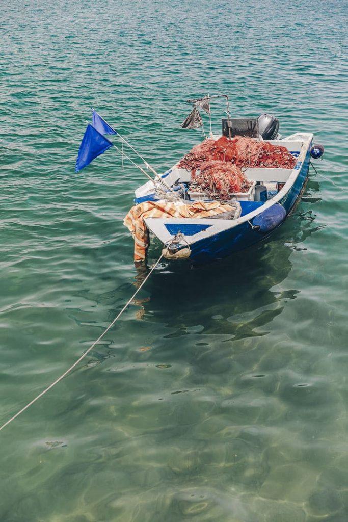 Barque de pêcheur dans le port de Monopoli dans les Pouilles en Italie