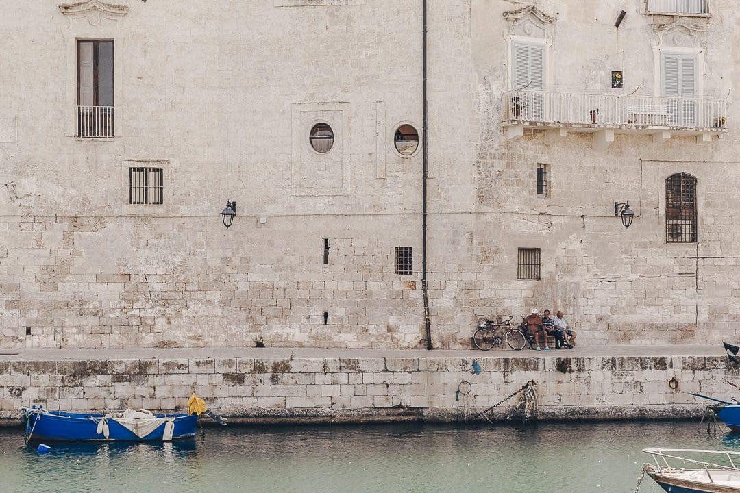 Discussion à l'ombre dans le port de Monopoli - Les Pouilles, Italie