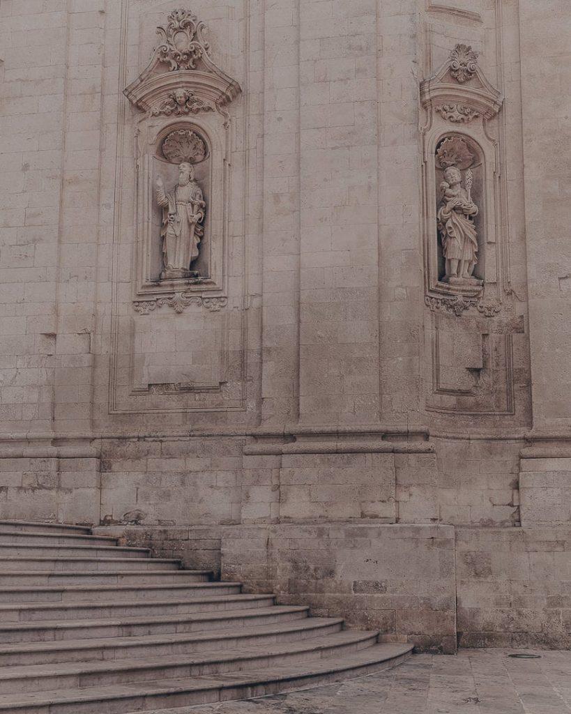 Devant l'église de Martina Franca - Les Pouilles, Italie