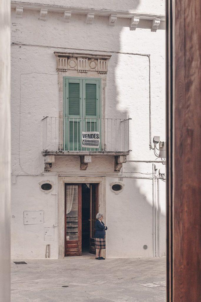 Sur la place de l'église de Locorotondo - Les Pouilles, Italie