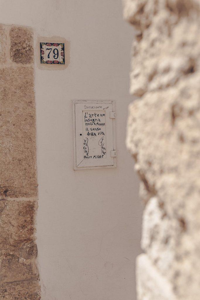 L'art est omniprésent dans les ruelles de Polignano a mare, Les Pouilles - Italie