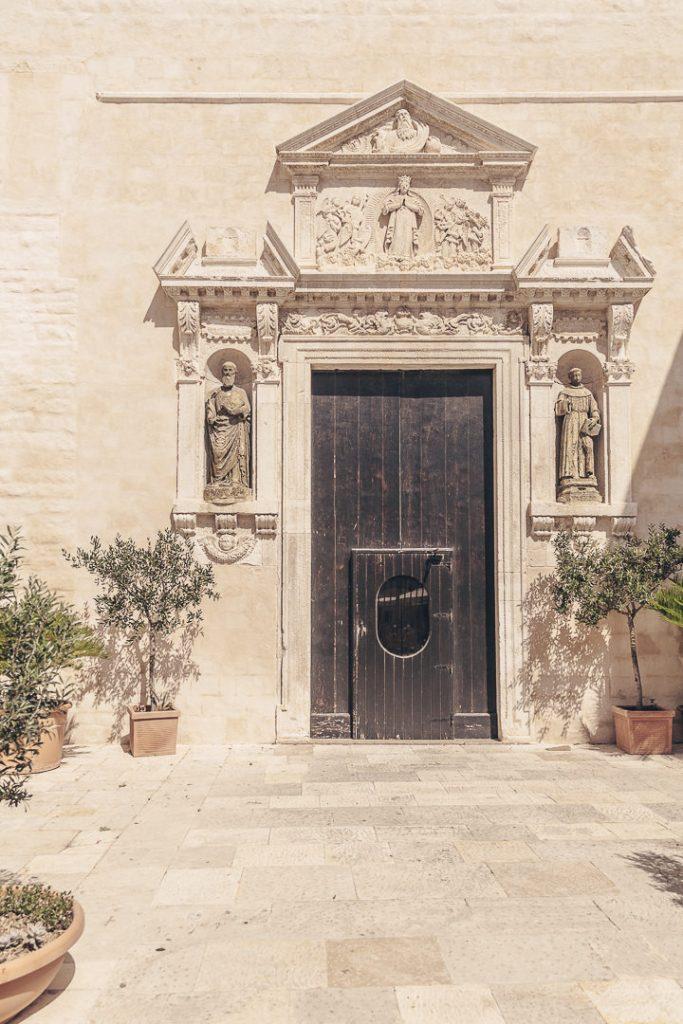 Entrée de la cathédrale de Polignano a mare, Les Pouilles - Italie