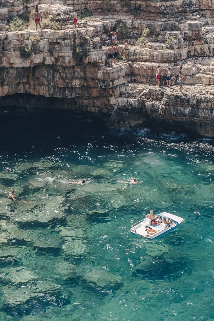 Se baigner a Polignano a mare - Les Pouilles, Italie