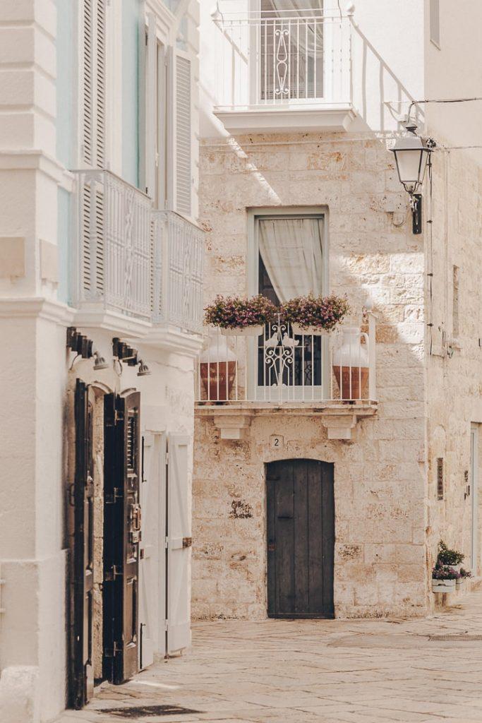 Ruelle de Polignano a Mare - Les Pouilles, Italie