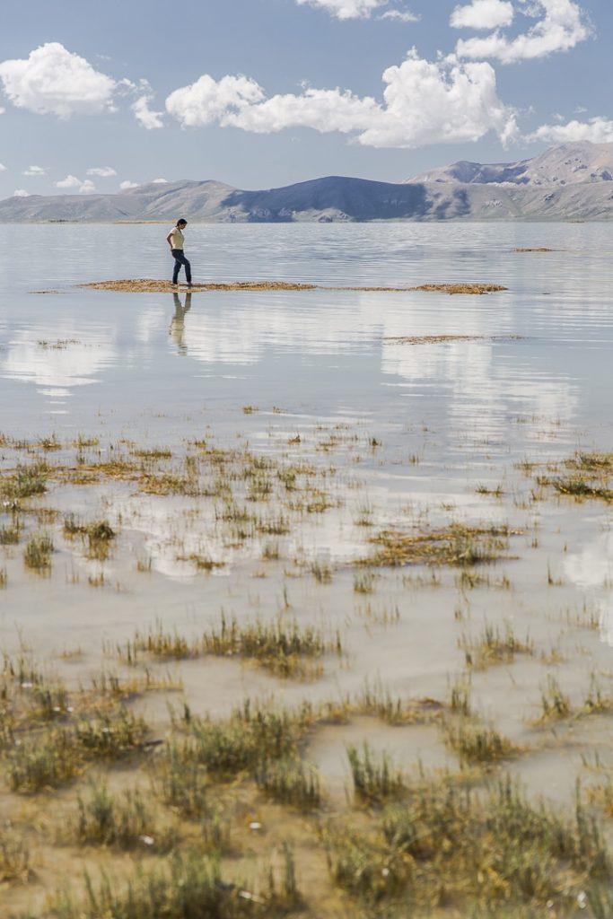 MArcher sur l'eau au lac Chatyr Koul - Kirghizstan