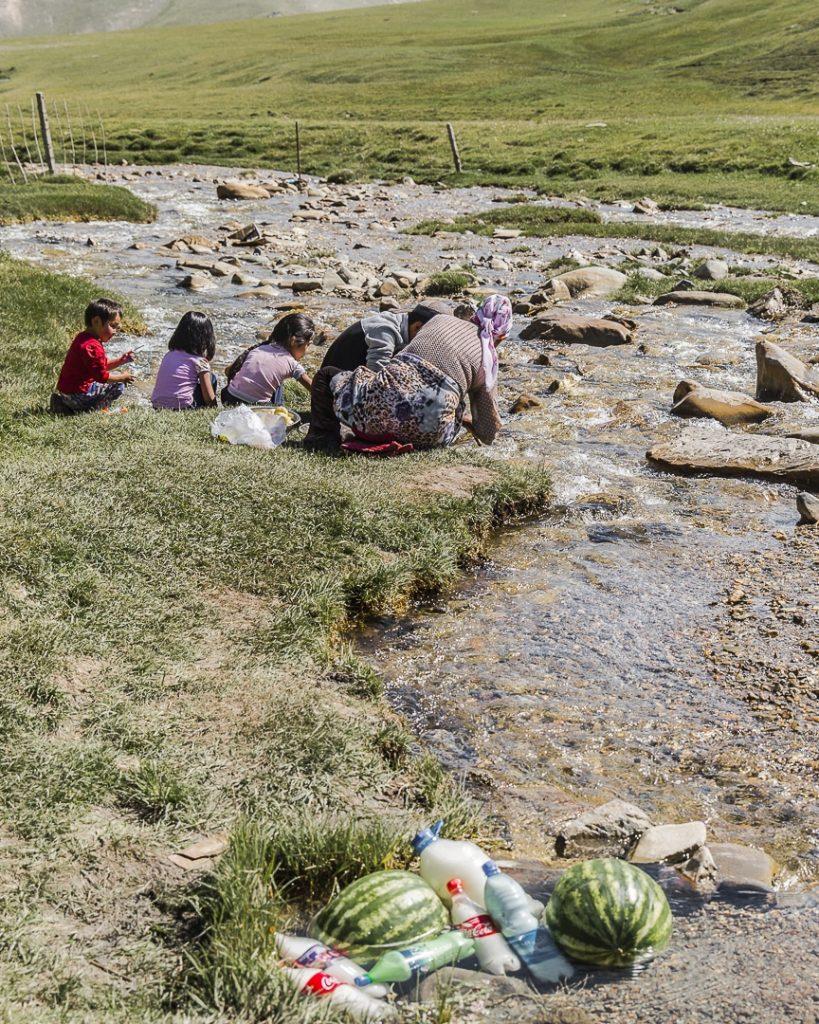 Les camps de nomades au Kirghizstan sont souvent installés au bord d'une rivière. On s'y réunit pour faire (entre autre) la cuisine