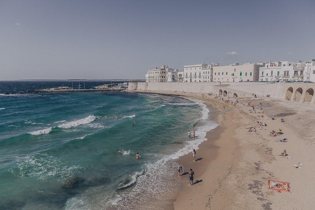 A Gallipoli dans les Pouilles en Italie, la plage est dans la ville !