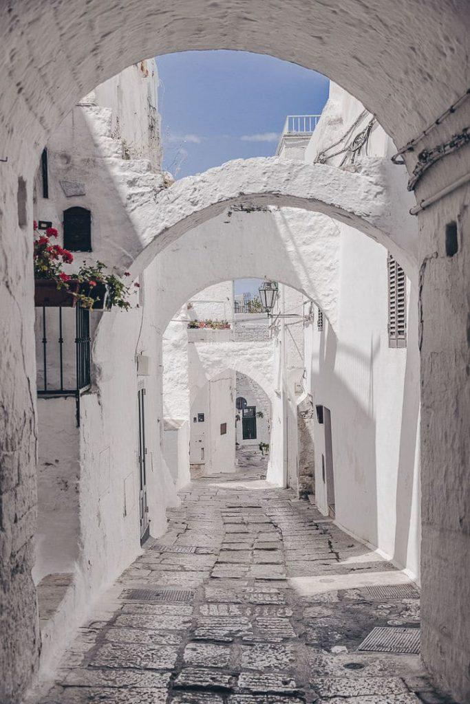 Un air de Grèce dans les rues d'Ostuni - Les Pouilles, Italie