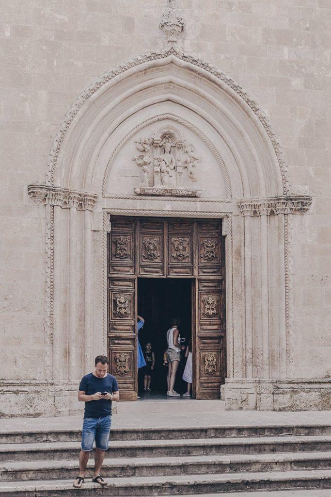 Entrée du duomo, Ostuni - Les Pouilles, Italie