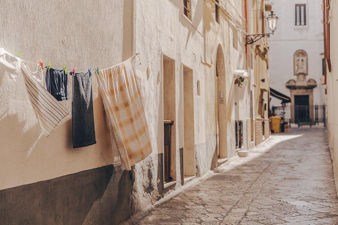 poésie du linge qui sèche dans les rues de Gallipoli - Les Pouilles, Italie