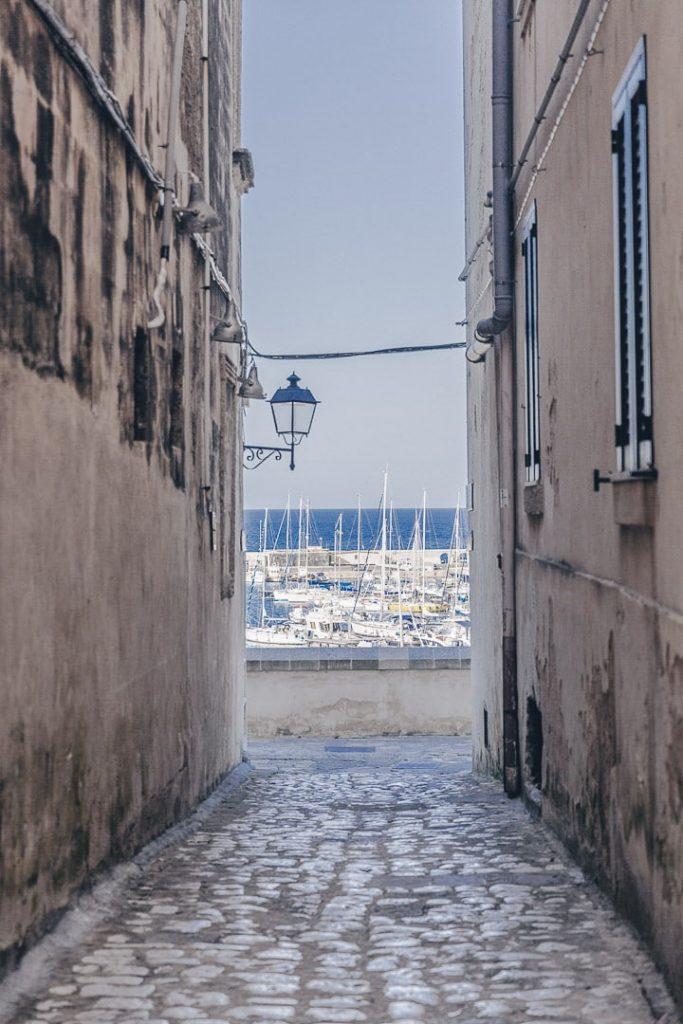 ruelle d'Otrante, vue sur le port - Les Pouilles, Italie