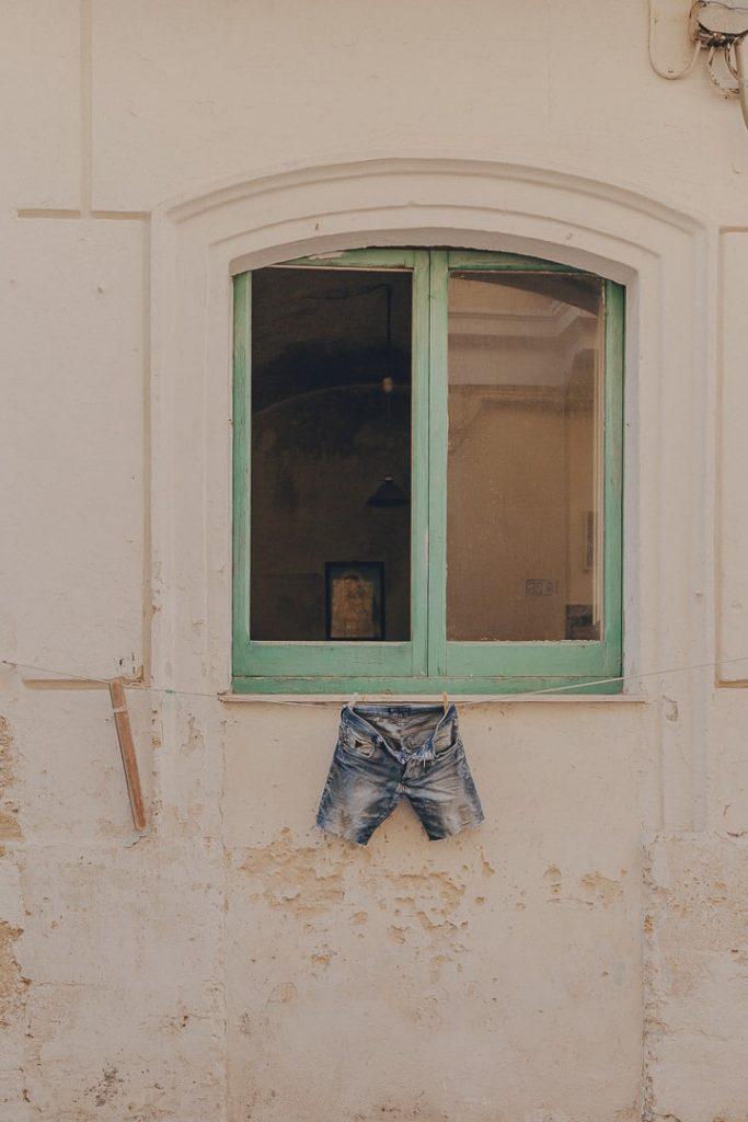 Quand un short qui sèche se transforme en street art ! - Gallipoli, Les Pouilles, Italie