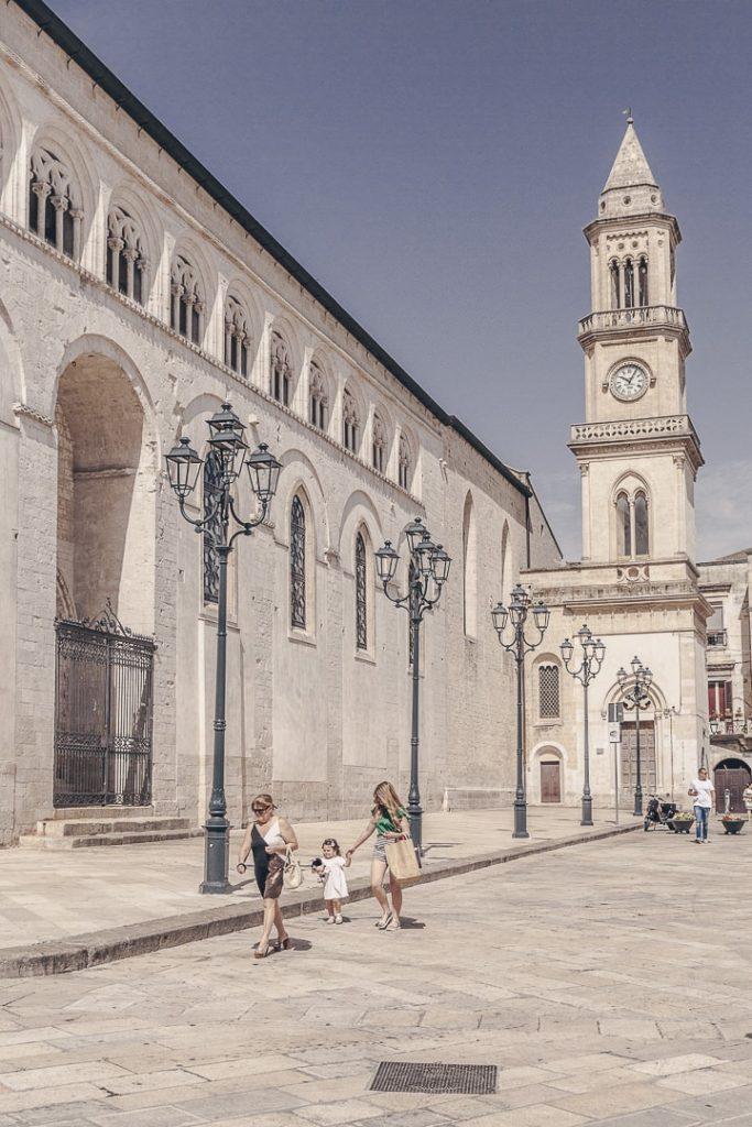 Le long de la cathédrale d'Altamura - Les Pouilles, Italie