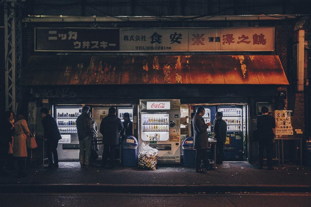 Bar distributeurs sous les rails de la station Yurakucho à Tokyo #japon #tokyo