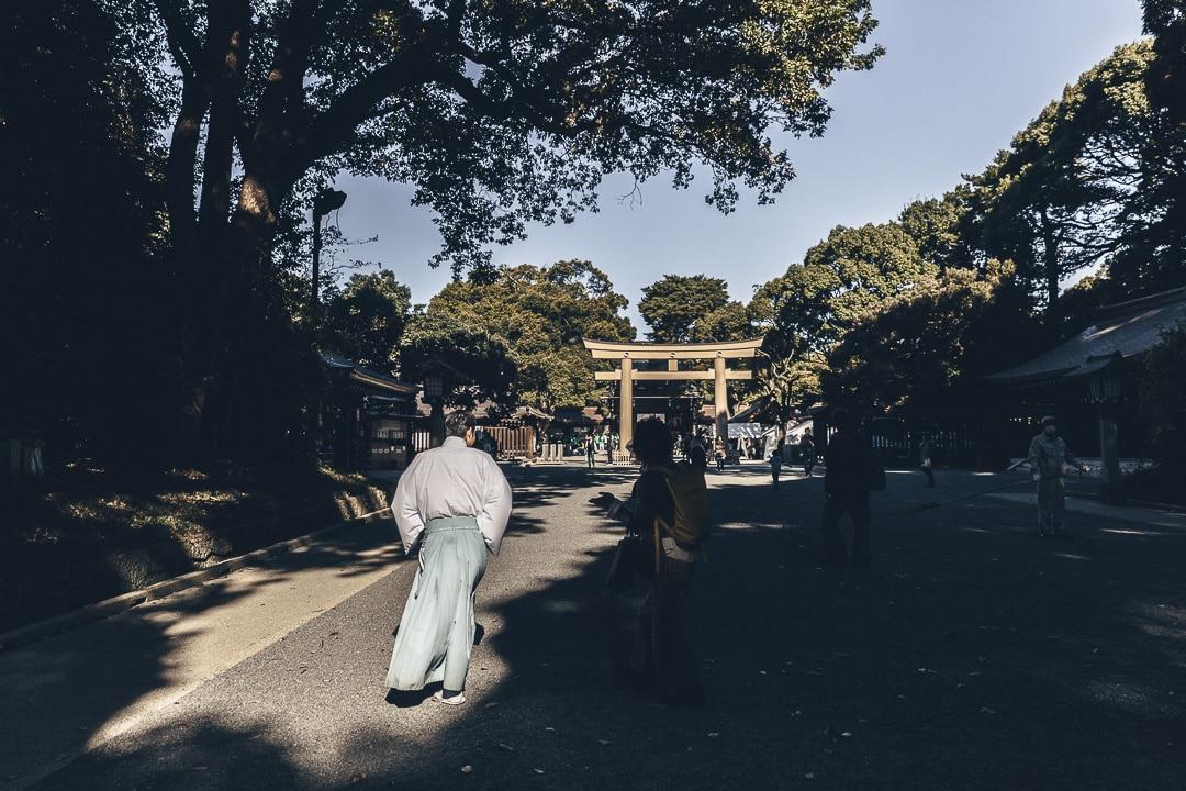 Entrée au temple Meiji-Jingu, l'un des plus grands sanctuaires de Tokyo avec un prêtre #tokyo #visitjapan