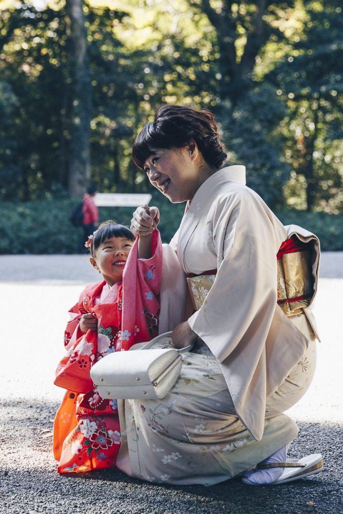 Une mère et sa petite fille en tenue traditionnelle au sanctuaire de Meiji-Jingu à Tokyo #asie #japon