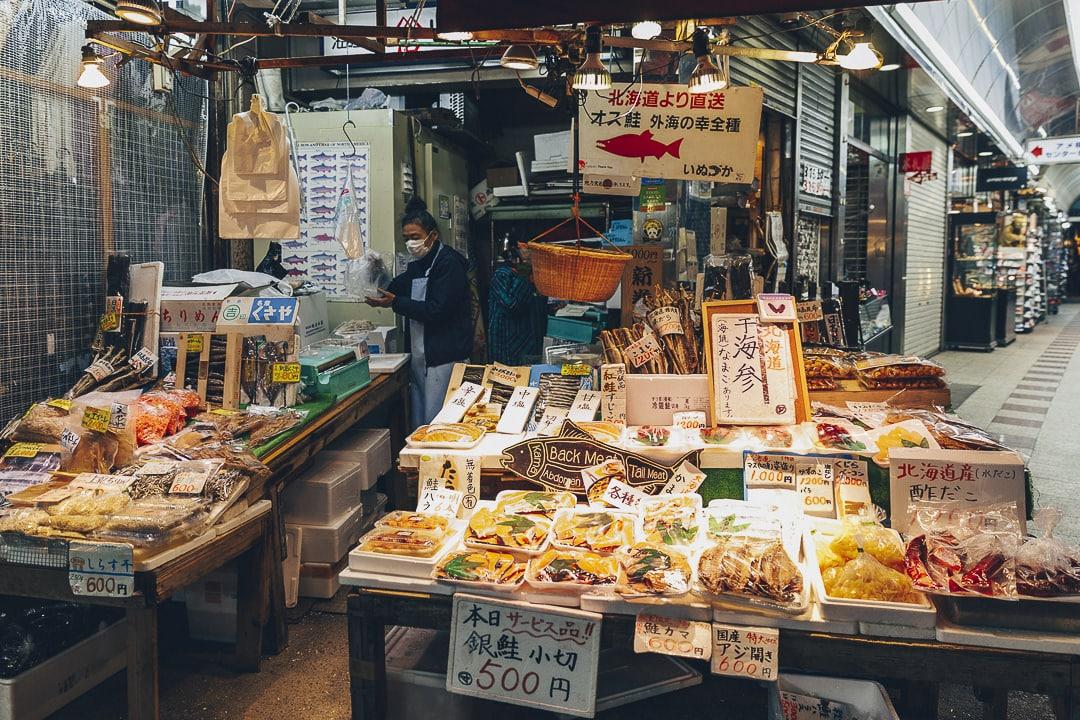 Vendeuse de poisson sur Ameyayokocho à Tokyo #japon #tokyo