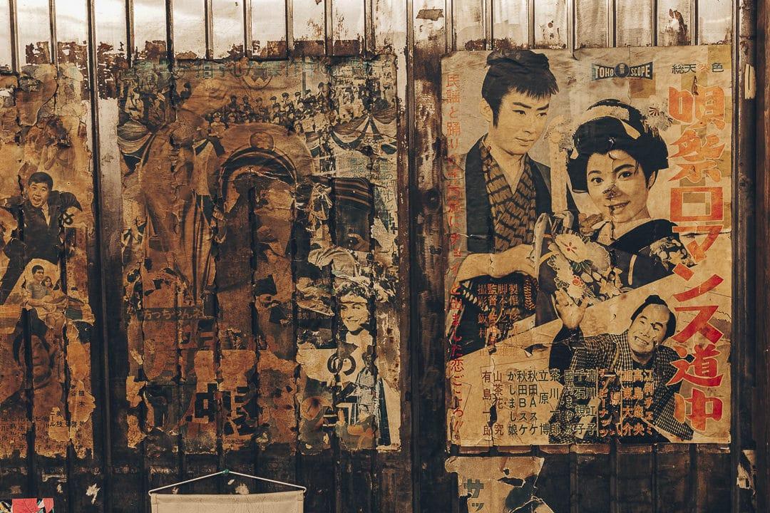 Vieilles affiches trouvées sous les rails de la station Yurakucho à Tokyo #japon #tokyo