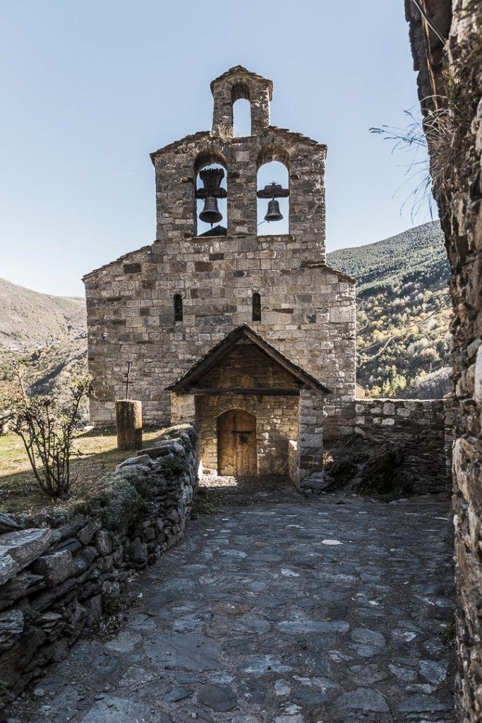 Santa Maria de Cardet fait partie de l'ensemble d'églises romanes de la Vall de Boí classées au patrimoine mondial de l'Unesco #catalogne #macatalogne #unesco