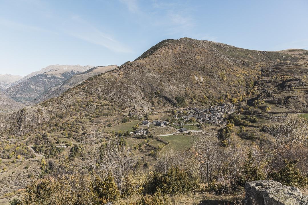 Vue sur la Vall de Boí - Le village de Durro en contrebas de Sant Quirc de Durro #macatalogne #catalogne #unesco