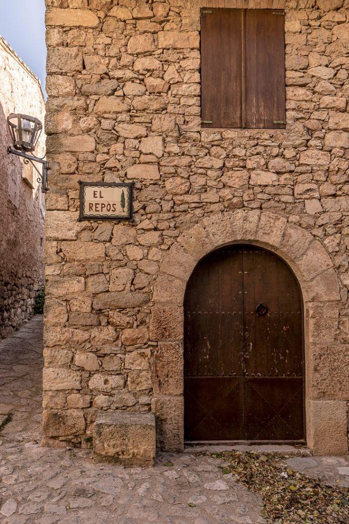 Rue du repos dans le village de Siurana en Catalogne #roadtrip #catalogne