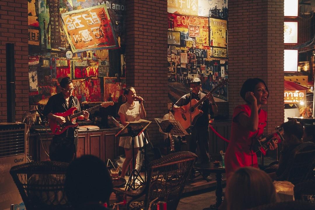 L'hotel Shanghai Mansion à China town à Bangkok propose chaque soir d'écouter du Jazz sur leur terrasse #thailande #bangkok #guide