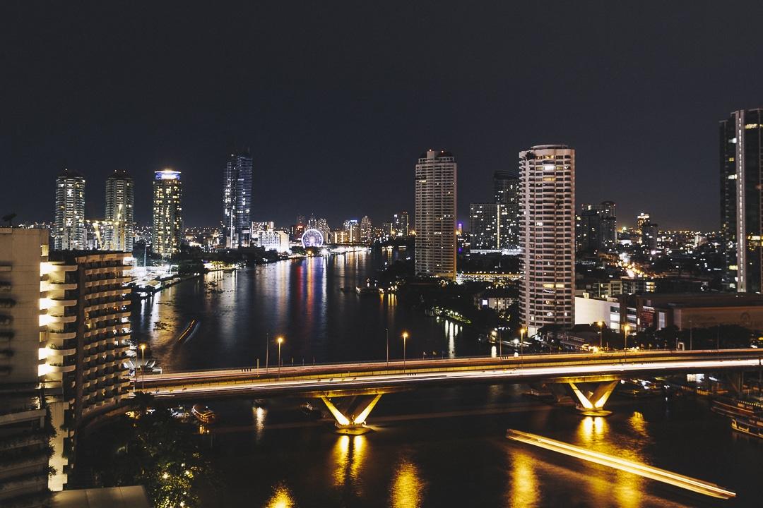 Vue de nuit sur Bangkok depuis l'hotel Shangri-La au bord du fleuve Chao Phraya