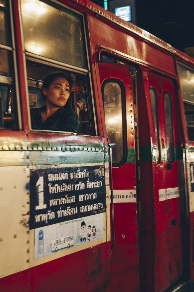 Est-ce une bonne idée de dormir dans l'envoutante Chinatown permet d'en capturer des moments uniques de jour comme de nuit #bangkok #thailande
