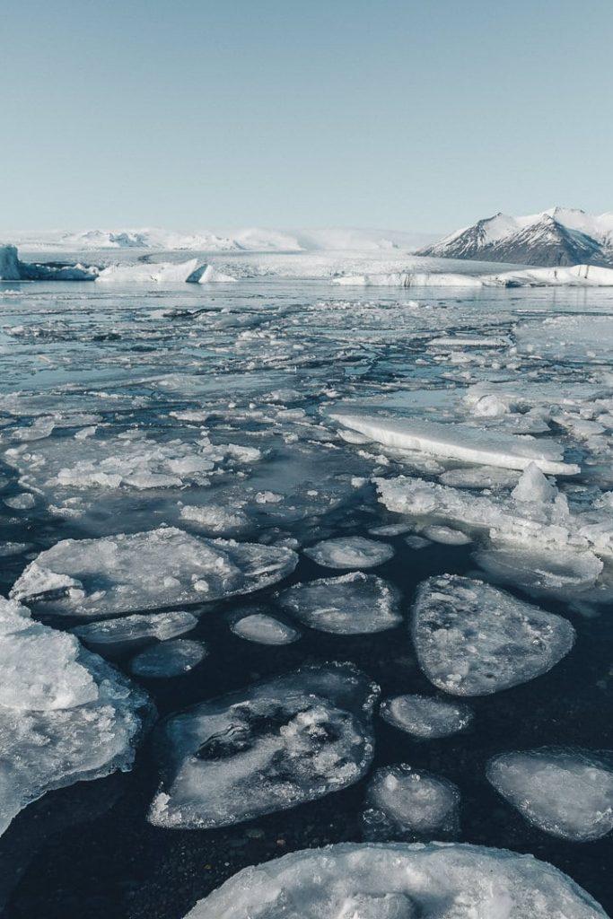 Plaques de glace sur Jökulsarlon, grand glacier en Islande