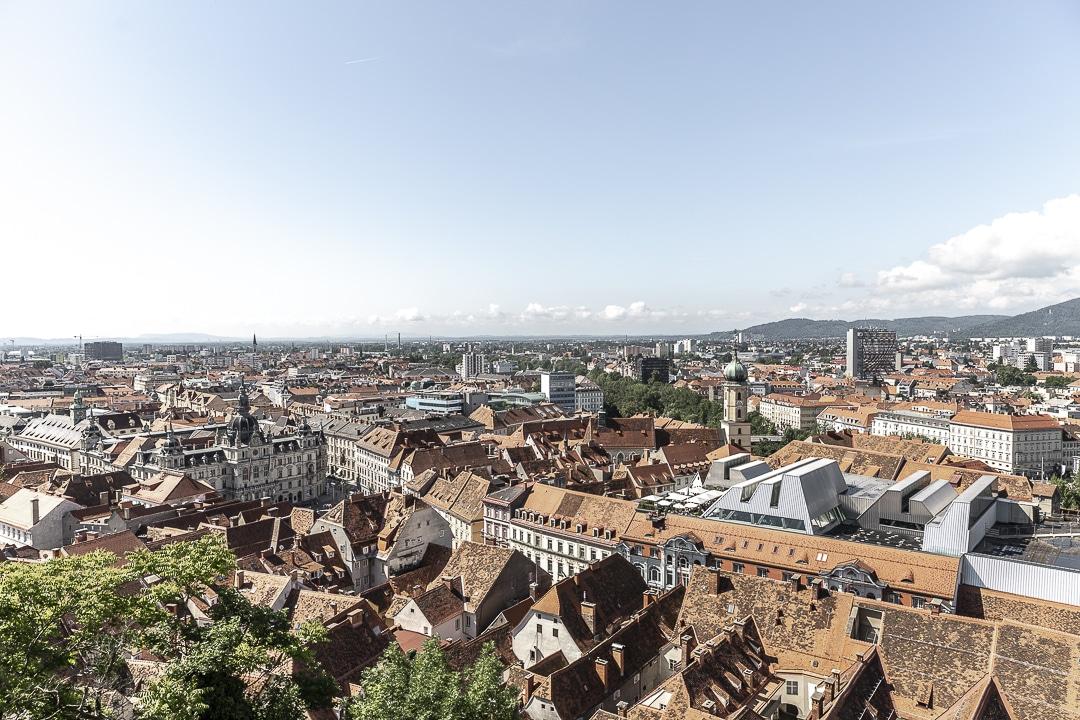 , en bas de la tour de l'horloge et voir la vue sur la ville et l'hotel de ville #graz #visitgraz