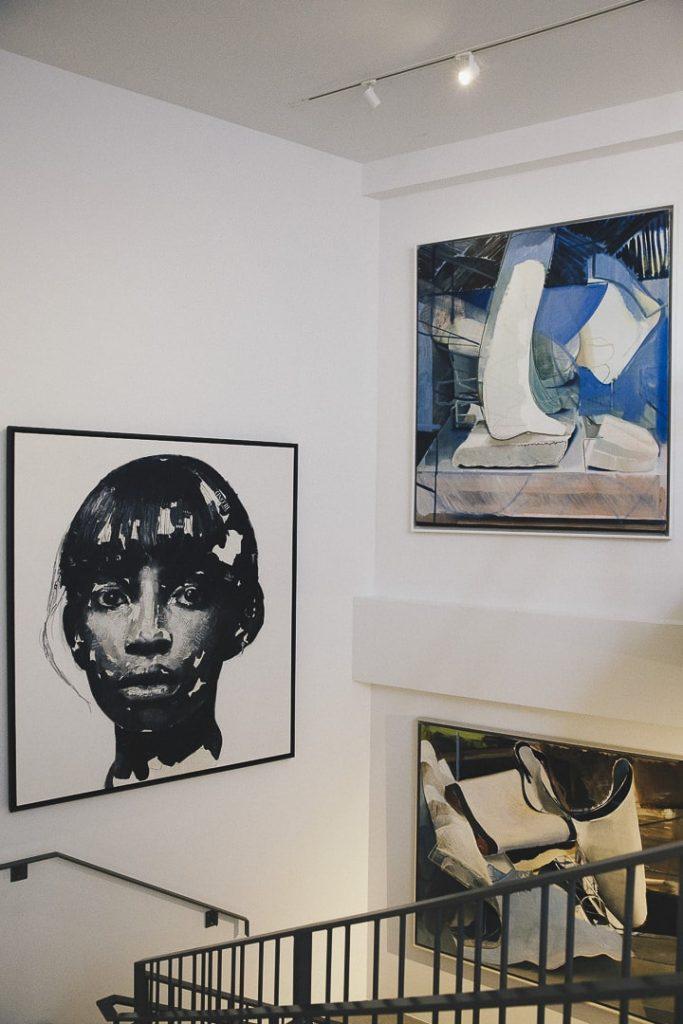 Exposition d'oeuvres d'art contemporain dans l'escalier du Lend Hotel à Graz - Autriche